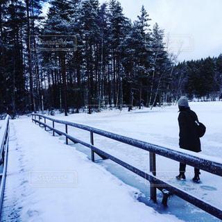 凍った湖を歩く人の写真・画像素材[1862513]