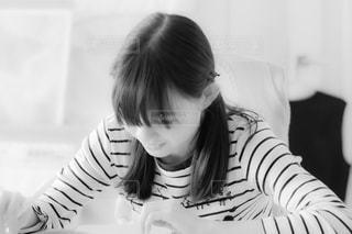 勉強を楽しむ少女の写真・画像素材[1194008]