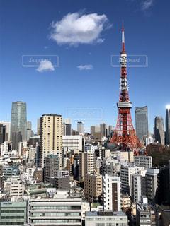 背景の高層ビル街の景色の写真・画像素材[1196091]