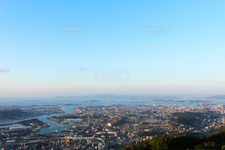 近くの都市の丘の中腹の景色のの写真・画像素材[1195634]