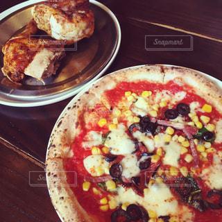 木製のテーブルの上のピザ - No.1194309