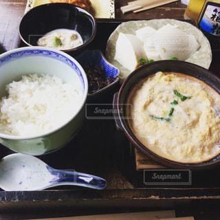 テーブルの上に食べ物のボウル湯葉御膳 - No.1195065