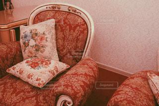 近くに赤い椅子のアップの写真・画像素材[1195218]