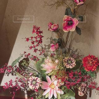 テーブルの上に花瓶の花の花束の写真・画像素材[1511072]