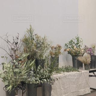 テーブルの上の花の花瓶の写真・画像素材[1753862]