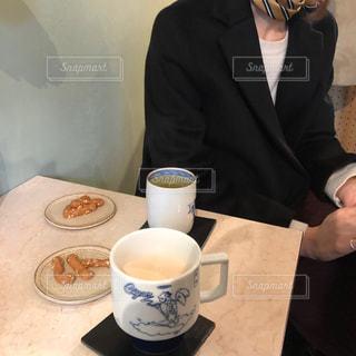 一杯のコーヒーをテーブルに着席した人の写真・画像素材[1815466]