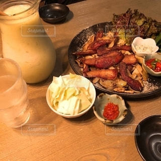 テーブルの上の食べ物の皿の写真・画像素材[2729384]