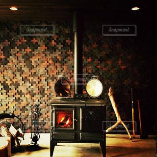 暖炉の前で暗い部屋で人々 のグループの写真・画像素材[1228965]