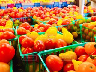 さまざまな店でディスプレイ上の果実の写真・画像素材[1201636]