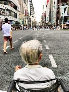 近くの街の通りを歩いているお年寄りの写真・画像素材[1208144]