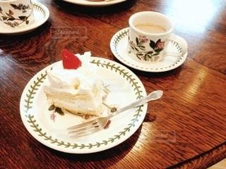 食品や木製のテーブルの上のコーヒー カップのプレートの写真・画像素材[1245955]