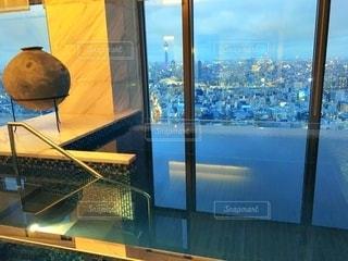 日当たりの良いウィンドウの水のガラスの写真・画像素材[1248653]