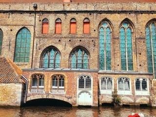 大きなレンガの多くの窓を持つ建物の写真・画像素材[1265549]
