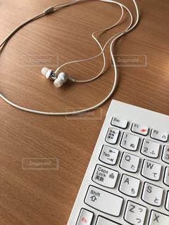 キーボードとイヤフォンの写真・画像素材[1243766]