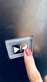 エレベーターの閉めるボタンの写真・画像素材[1261308]
