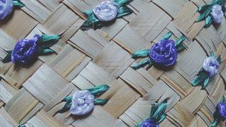 むらさきの花が編んである籠の写真・画像素材[1287737]