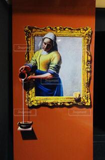 ミルクを注ぐ女性のトリックアートの写真・画像素材[1313957]