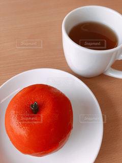 リンゴの形をしたケーキと紅茶の写真・画像素材[1371282]