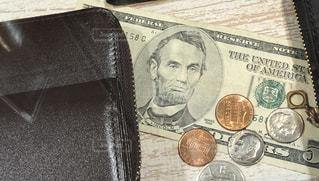 ドルとお財布の写真・画像素材[1382230]
