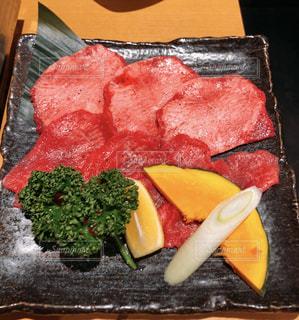 ナイフで食べ物の皿の写真・画像素材[1522829]