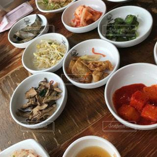 テーブルの上に食べ物のボウル - No.1197375