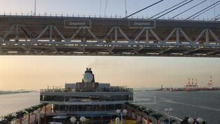クルーズ船がベイブリッジをくぐる瞬間の写真・画像素材[1197727]