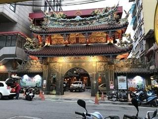 基隆 廟口夜市の中にある慶安宮の写真・画像素材[1198018]