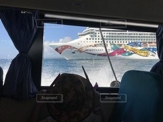 テンダーボートから見たクルーズ船の写真・画像素材[1198080]
