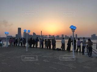 クルーズ船の上から眺めた横浜の夕焼けの写真・画像素材[1198101]