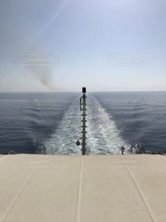 クルーズ船の航跡と煙の写真・画像素材[1198103]