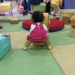 子供がショッピングモールのキッズコーナーで遊んでる風景の写真・画像素材[1201324]