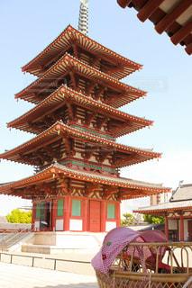 乳母車と四天王寺の五重の塔の写真・画像素材[1209216]
