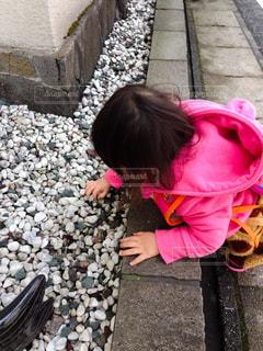石遊びをする赤ちゃんの写真・画像素材[1209385]