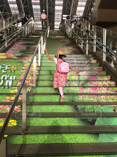 階段を駆け上がる女の子の写真・画像素材[1209995]