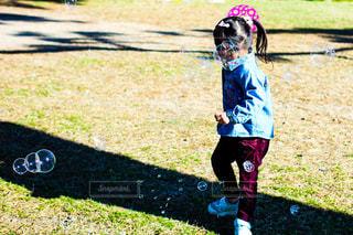 公園でしゃぼん玉遊びをする女の子の写真・画像素材[1211806]