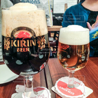 ビールと黒ビールの写真・画像素材[1213581]