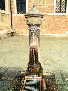 ヴェネツィアの広場にあったヨーロッパらしい石造りの水道の写真・画像素材[1214401]