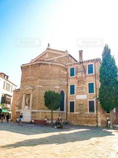 ヴェネツィアの広場の小さな教会の写真・画像素材[1214403]