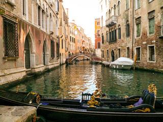 ヴェネツィアの小運河。石橋とゴンドラの写真・画像素材[1214836]