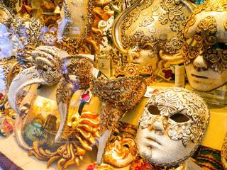 ヴェネツィアのショーウィンドウに飾られたマスクの写真・画像素材[1214837]
