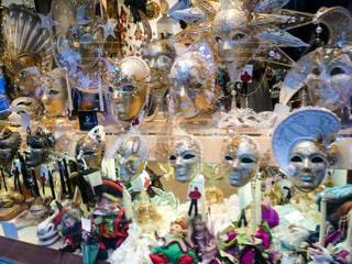 ヴェネツィアのショーウィンドウに飾られたカーニバル用のマスクの写真・画像素材[1214838]