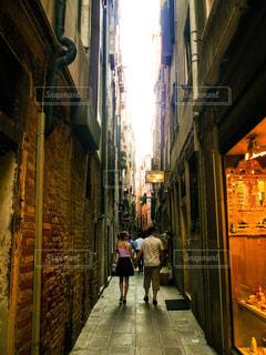 ヴェネツィアの狭い路地の写真・画像素材[1214905]