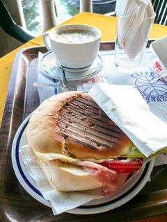 ヴェネツィアのカフェ サンドイッチとカプチーノの写真・画像素材[1214910]