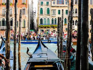 ヴェネツィア大運河、ボートに溢れそうなくらい乗った人々の写真・画像素材[1214911]