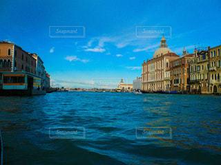 ヴェネツィア ゴンドラから見た大運河の風景の写真・画像素材[1215570]
