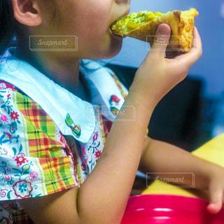 ピザを食べる女の子の写真・画像素材[1216787]