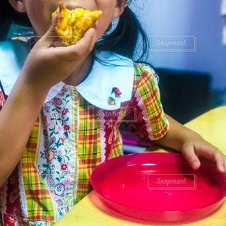 ピザを食べる女の子の写真・画像素材[1216850]