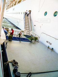 テンダーボートからクルーズ船への乗船の写真・画像素材[1218426]