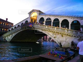 ヴェネツィア 夕暮れのリアルト橋の写真・画像素材[1218438]