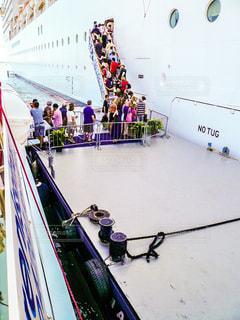 テンダーボートからクルーズ船への乗船の写真・画像素材[1218443]